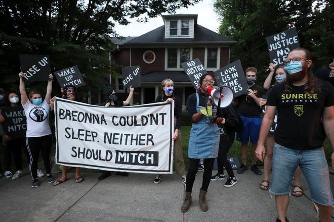 """Los activistas de Sunrise se manifiestan frente a la casa de KY de Mitch McConnell, con un gran cartel que dice """"Breonna no podía dormir. Tampoco debería Mitch""""."""