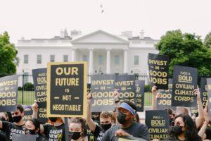 Manifestantes al amanecer fuera de la Casa Blanca luchan por la CCC